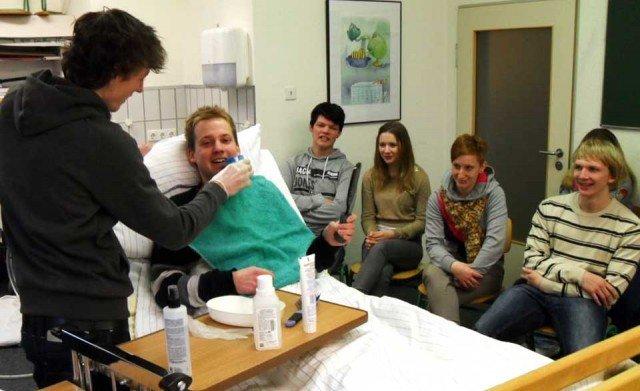 Unterricht bei den Sozialassistenten: Hier steht Zähneputzen bei einem Pflegepatienten auf dem Programm. (Foto: Canisiusstift)