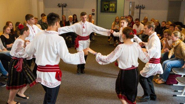 Mit traditionellen Tänzen und Liedern beeindruckten die rumänischen Besucher die Schüler des Canisiusstifts. Foto: SMMP/Bock