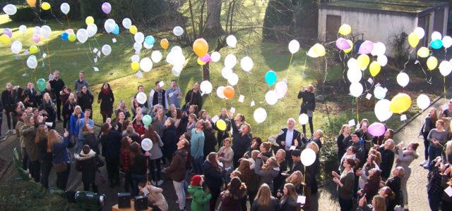 Die Luftballons der Aktion gegen Rassismus starten in die Welt. (Foto: SMMP/Passerschröer)