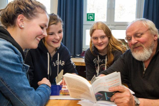 Kunstlehrer Ferdinand Schreiber diskutiert mit seinen Schülerinnen Luisa Bergemann, Charlotte Wißeling und Elisa Robert, (v.r.). Foto: SMMP/Bock