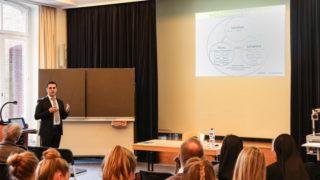 Serhat Ortac von der Gesellschaft jesidischer Akademiker hielt zum Abschluss des Projektes einen Vortrag über die jesidische Kultur. Foto: Johannes Schmittmann/ Münsterland-Zeitung