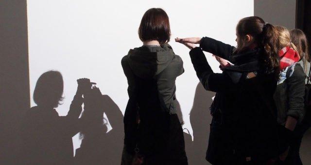 """Die Licht-Raum-Installation mit 5 Diaprojektoren """"Zoom Squares"""" von Gianni Colombo lädt ausdrücklich zum spielerischen Erkunden ein. Im Gegensatz zur Ausstellung """"Artige Kunst"""" darf hier auch wieder fotografiert werden. (Foto: SMMP/Müller)"""